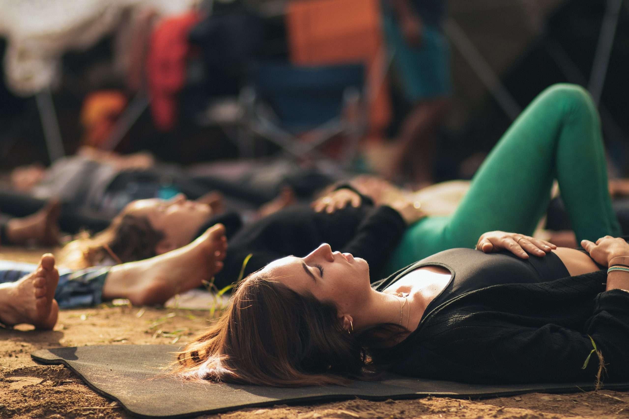 People meditating to fight brain fog symptoms.